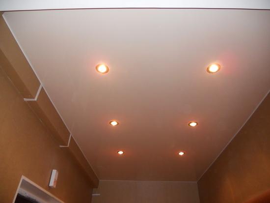 Освещение в дизайне с натяжными потолками